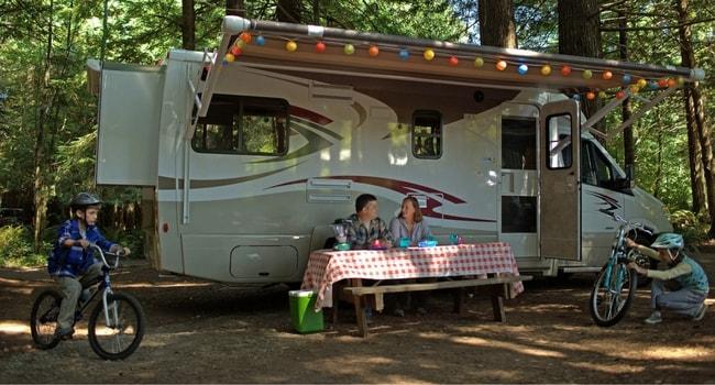 enfants-camping-car