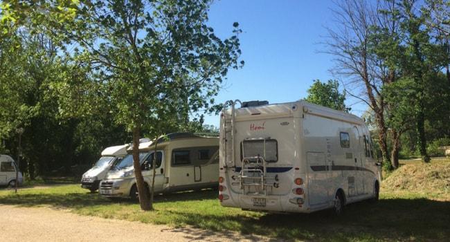 Supporter les fortes chaleurs en camping-car_stationner à l'ombre