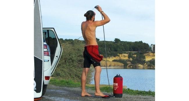 comment_se_doucher_en_camping_car