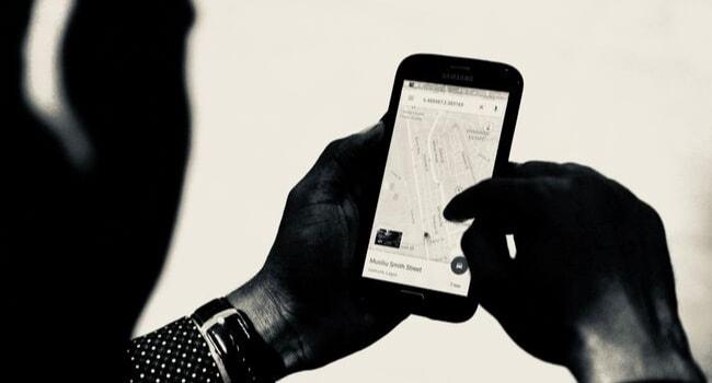 homme avec son téléphone sur application maps